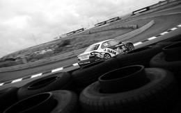 3d La machine de course est la course de papier peint sur l'autoroute, clôturé pneus 1920x1200