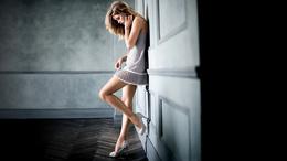 3d fille de papier peint est appuyé contre le mur des filles