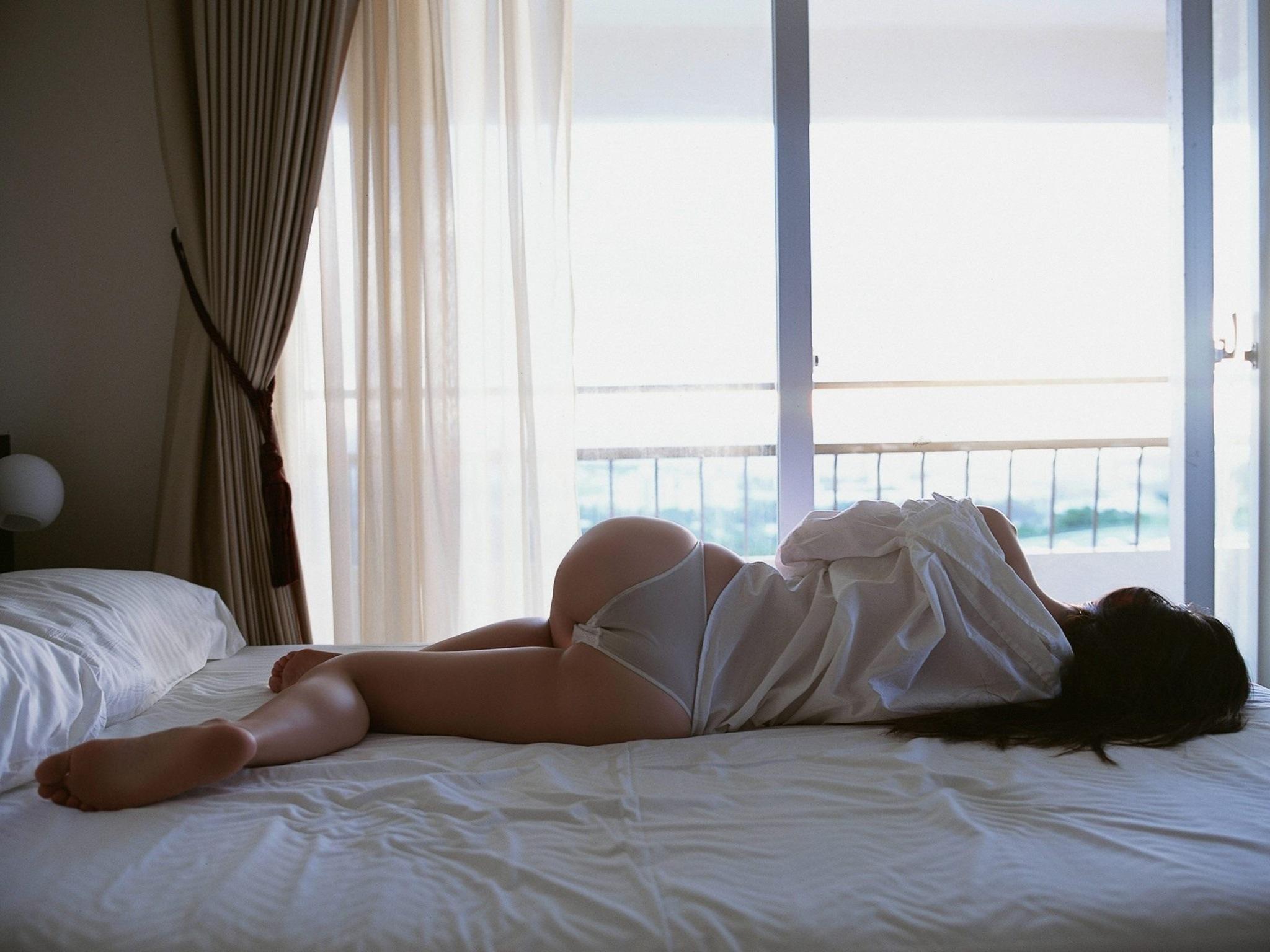 Фото брюнеток на кровати 13 фотография