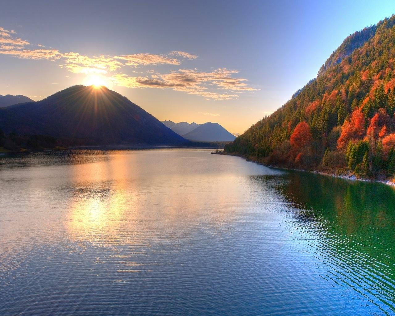 Обои красивое озеро между горами горы