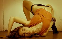 Sie bog ihren Rücken wallpaper 2560x1600 auf dem Boden