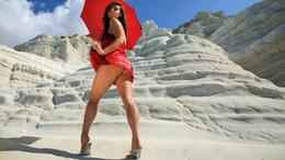 3d обои Красивая брюнетка в красном платье и с красным зонтом   1920х1080